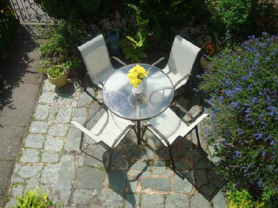 The Anchorage Guest House: Sunny garden area