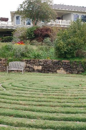 Lookout Point Lakeside Inn: labyrinth