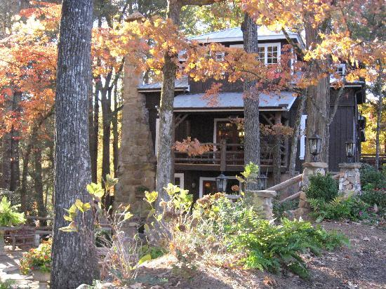 Lake Rabun Hotel & Restaurant: Lake Rabun Hotel in Autumn