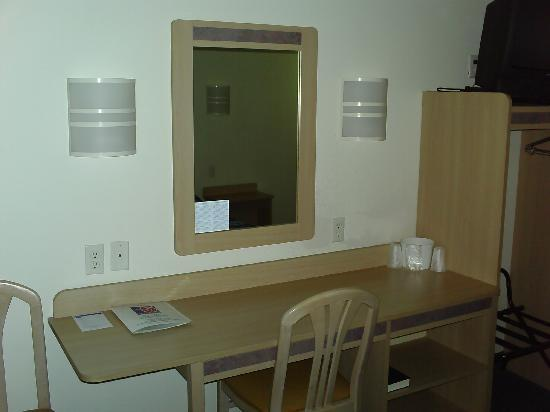 Motel 6 Dale IN: Work area with high speed internet
