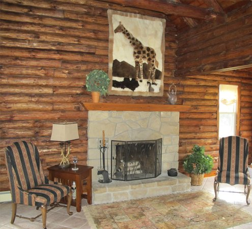 Sunrise Cabin Bed And Breakfast: Spacious, open livingroom with stone fireplace