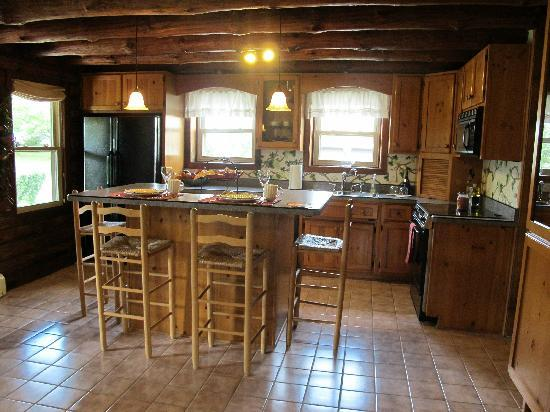 Sunrise Cabin Bed And Breakfast: Lovely new kitchen with full amenities