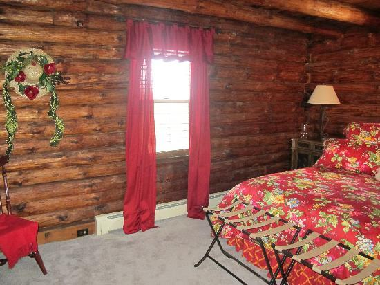 Sunrise Cabin Bed And Breakfast: King size bed with fine bedding