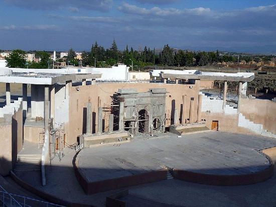 Timgad: Le théatre construit SUR le site historique !!