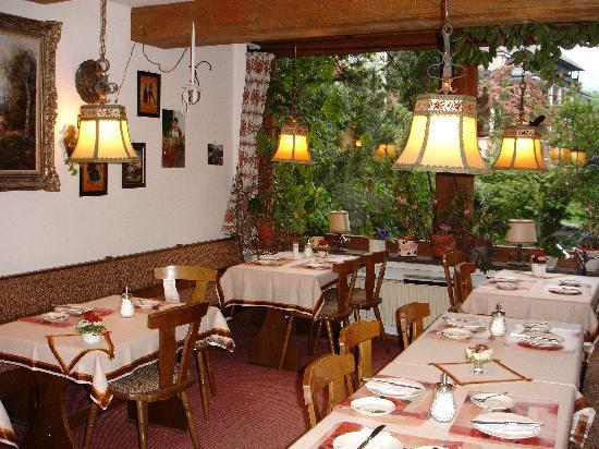 Gastehaus Alpenkranz: The breakfast room with a view of the garden