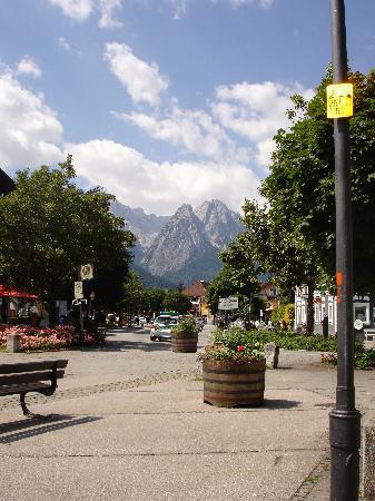 Gastehaus Alpenkranz: Walks in to town