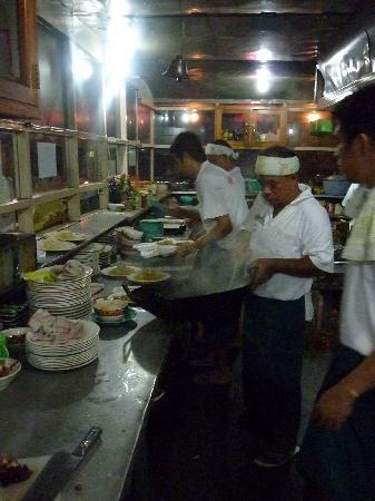 Green Garden Restaurant: The kitchen is right at the entrance, so you can watch them make your food!