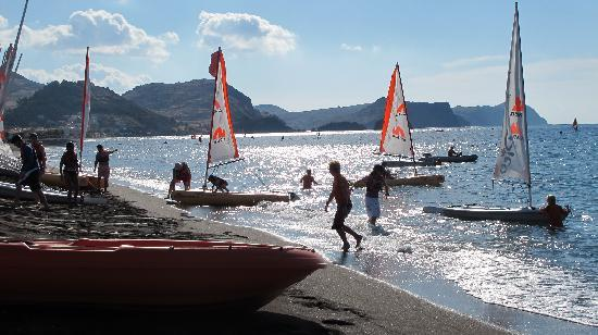 Skala Eressou, Grécia: Mucking about with boats