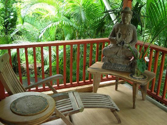 JoMama's Pahoa Town Hostel: read, write, or meditate on the front porch?