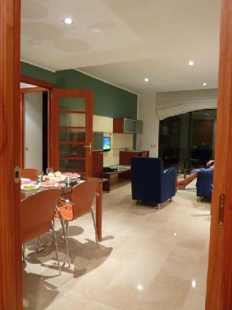 Apartaments Marina: sala de jantar e estar