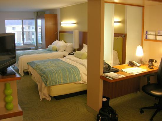 SpringHill Suites Las Vegas Henderson: Adjustable glass partition separating desk from the beds