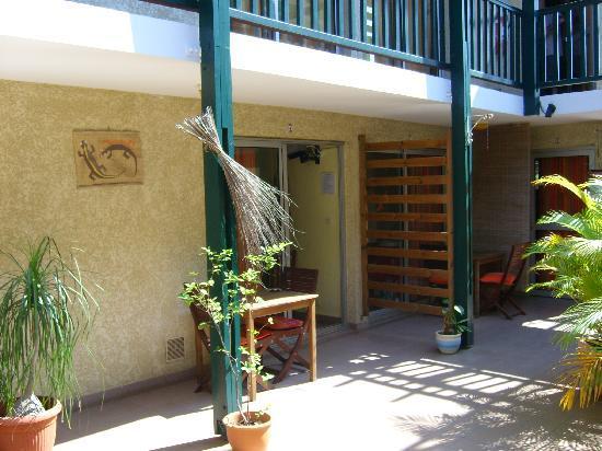 Le Vacoa : le patio devant la chambre n°5