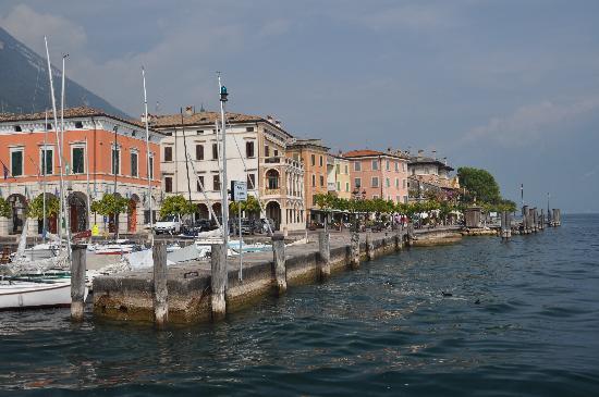 """Ristorante """"Al Miralago"""" da Carlo e Ilaria: Seeufer Gargnano, Al Miralago ist im 3. Haus von links"""