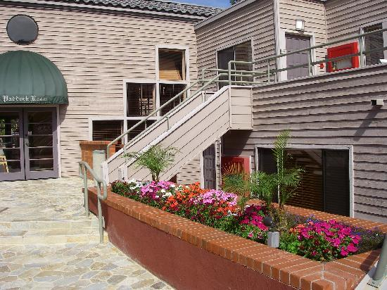 Hotel Indigo San Diego Del Mar: 正面は朝食ルームの入り口