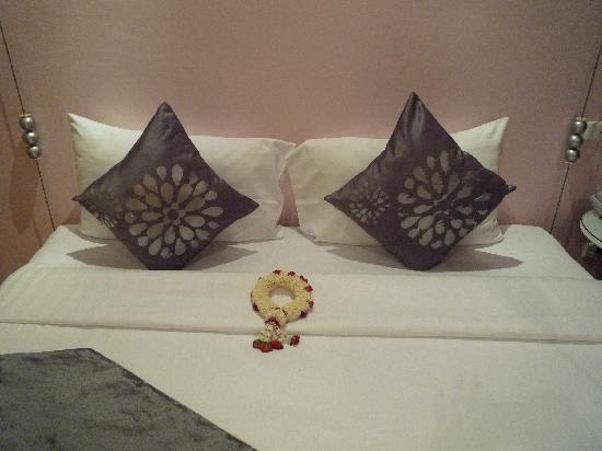 Glitz Bangkok Hotel: BED