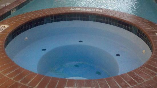 La Quinta Inn Dallas LBJ/Central: Hot Tub not working (supposedly tiles being replaced)