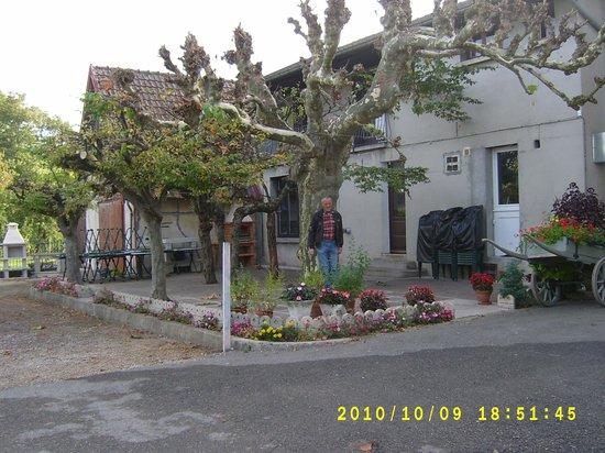 Hotel Restaurant Les Charmilles: Hof und Garten hinten