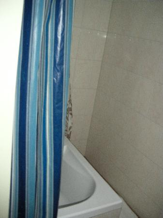 Mozart Hotel: Badewanne ohneAblagefläche viel zu eng
