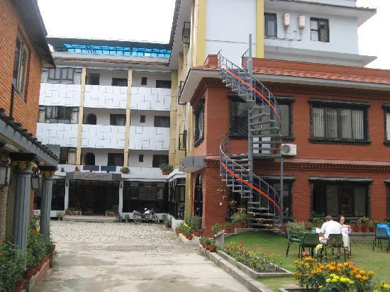 Hotel Shakti: L'hôtel avec son agréable coin de jardin
