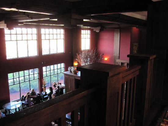Holiday Inn Pewaukee: Lobby with rich woodwork