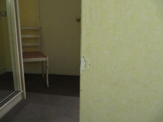Hotel Paris-Rome: room and furniture