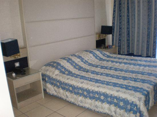 Athineon Hotel: hard and low bed