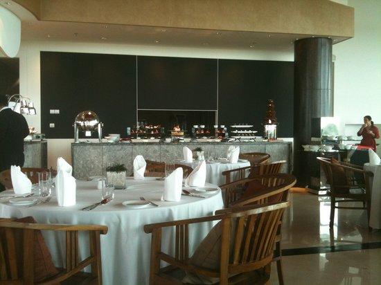 Raintree Restaurant: the buffet set up