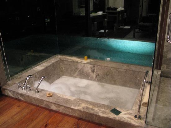 Four Seasons Resort Seychelles: bath and pool at night