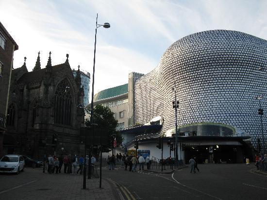 برمنجهام, UK: Shppingcenter Bullring mit Kirche