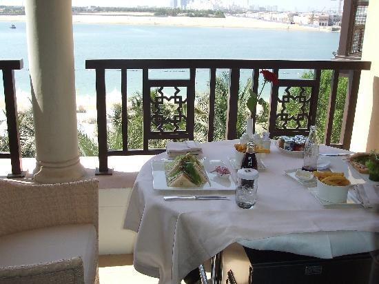 Shangri-La Hotel, Qaryat Al Beri, Abu Dhabi: Lunch on the Balcony