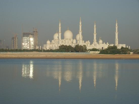 Shangri-La Hotel, Qaryat Al Beri, Abu Dhabi: View of the Mosque from room