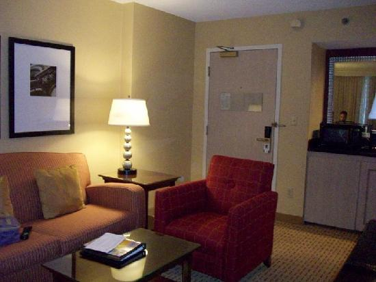 Chicago Marriott Suites Deerfield: Living and Work space area
