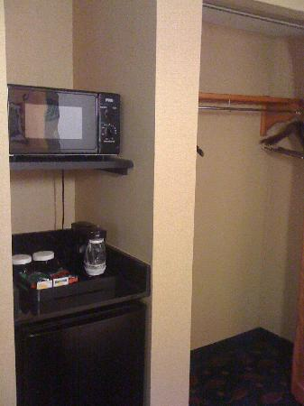 Crowne Plaza Dulles Airport Hotel: Microwave and closet