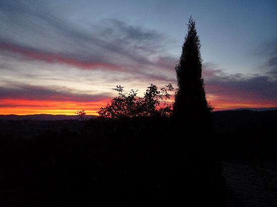 Maison d'hôtes La Guillone : Sunrise at La Guillone