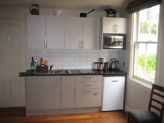 Wellington City Cottages: Full kitchen and laundry