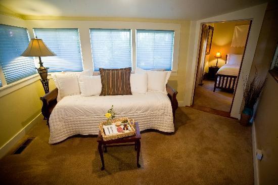 The Cooper House Bed & Breakfast Inn : Cabernet sitting room
