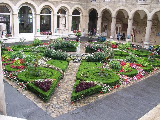 Hospitel-Hotel Dieu Paris : The garden seen from the steps