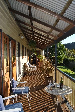 Eumundi Gridley Homestead B&B: The terrace, enjoying a glas of wine.