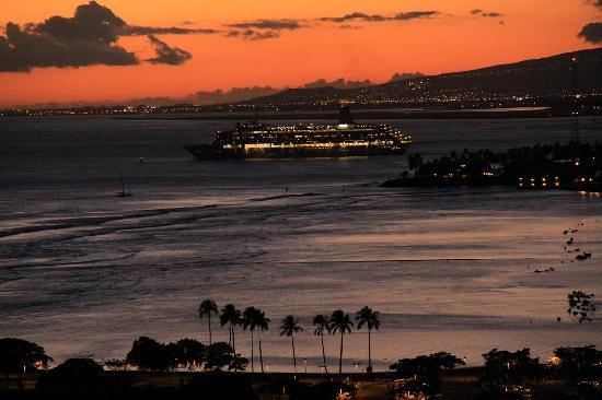 Ilikai Hotel & Luxury Suites: cruise ship leaving port of Honolulu