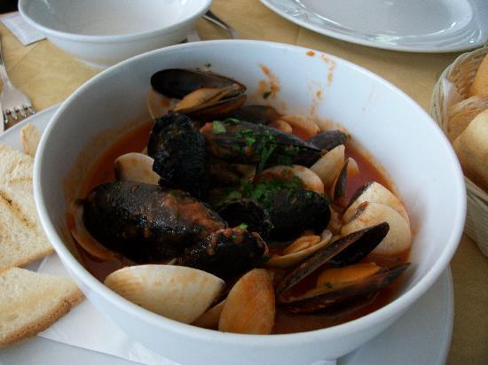 Hotel Palazzina: mussels in a brill restaurant in dezanzano