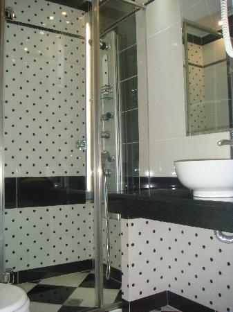 La salle de bain, moderne et fonctionnelle - Bild von Athens ...
