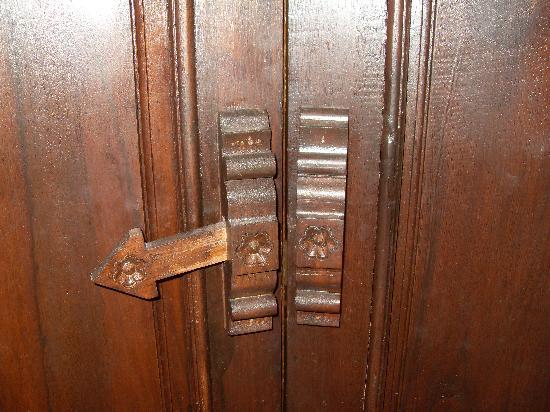 Na Thapae Hotel: Elaborate locking mechanism on bathroom door!