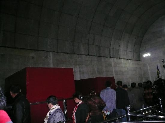 Beijing, China: 地下宮殿内は他のツアー客でいっぱいでした