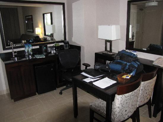 Embassy Suites by Hilton Palmdale: Embassy Suites - office area.