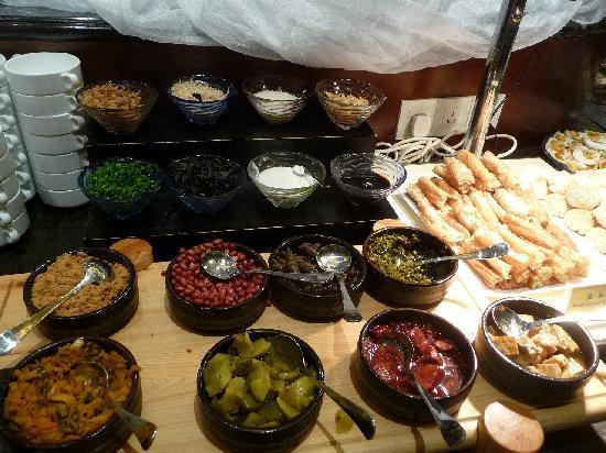 أمباسادور هوتل - شانغهاي: 朝食(お粥・豆乳のトッピング)