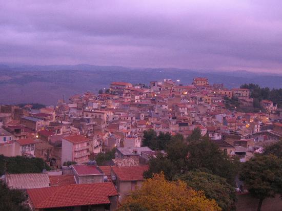 Vue de la chambre sur San Michele di Ganzaria au petit matin