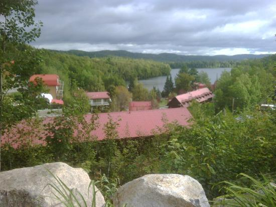 Auberge du Lac Morency: The breathtaking view from the hill above the resort