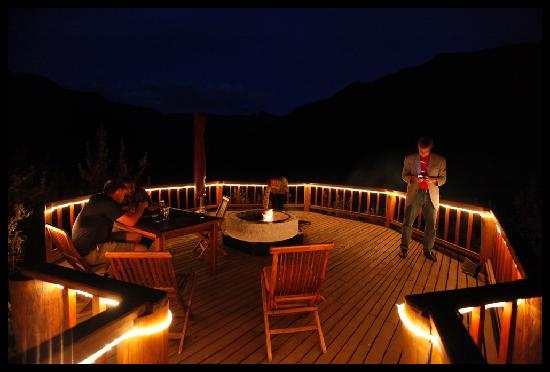 Maliba River Lodge: Chill out patio/deck area with fireplace between the mountains