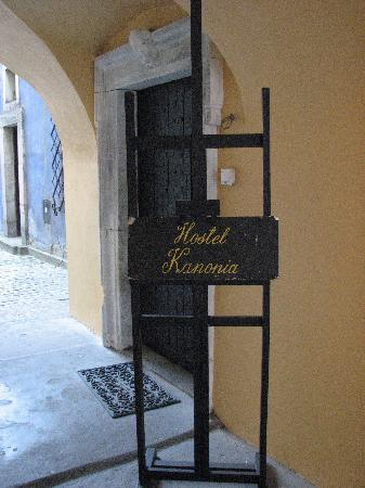 Kanonia Hostel & Apartments: Entrance