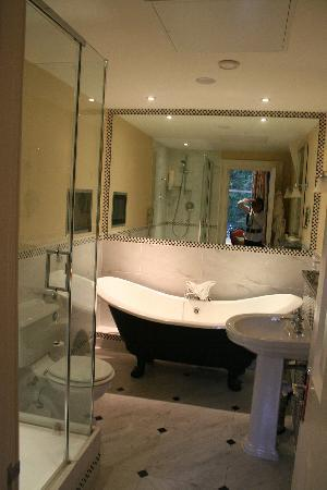 Ettington Park Hotel: Bathroom - pay no attention to the person in the mirror